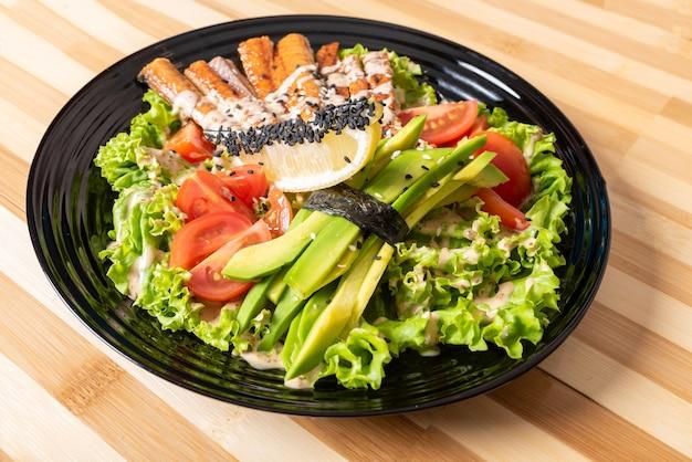 Салат из лосося на гриле, с зеленью и лимоном. для любых целей.