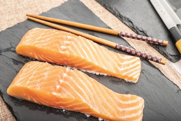 生魚を調理する寿司や刺身用の鮭ロース
