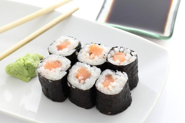 白鮭巻き寿司と箸と醤油