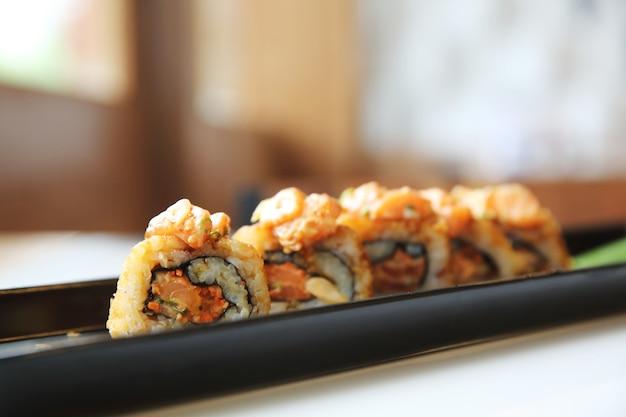 Суши с лососем и маки