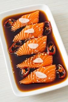 한국 스타일의 연어 절인 쇼유 또는 연어 장아찌