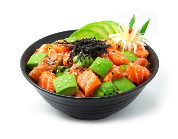Poke bowl из лосося с ингредиентами авокадо