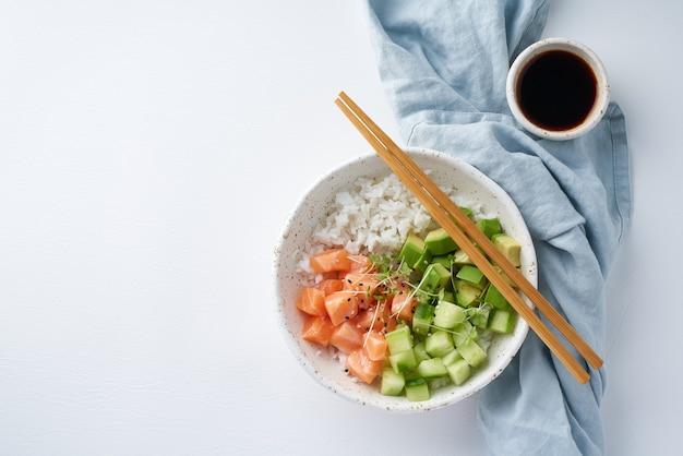 新鮮な魚ご飯きゅうりアボカドのサーモンポークボウル
