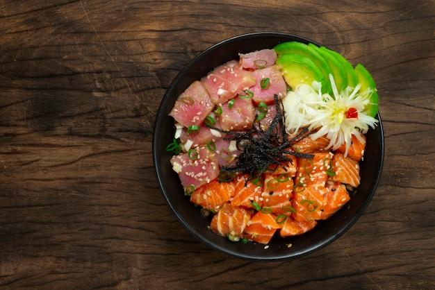 Poke bowl из лосося с ингредиентами из тунца