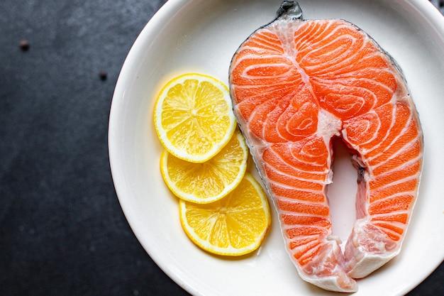 Лосось, сырая красная рыба, свежие морепродукты, готовые к приготовлению и употреблению на столе