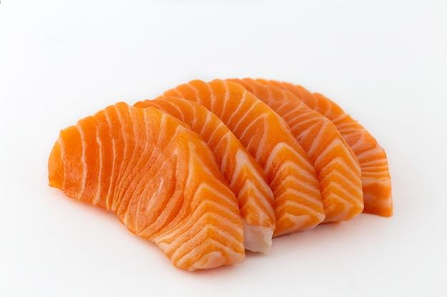 Сырые сашими из лосося изолированы