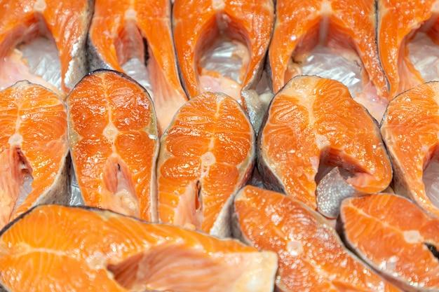 Стейк из лосося из красной рыбы в супермаркете. сырой свежий стейк из лосося.