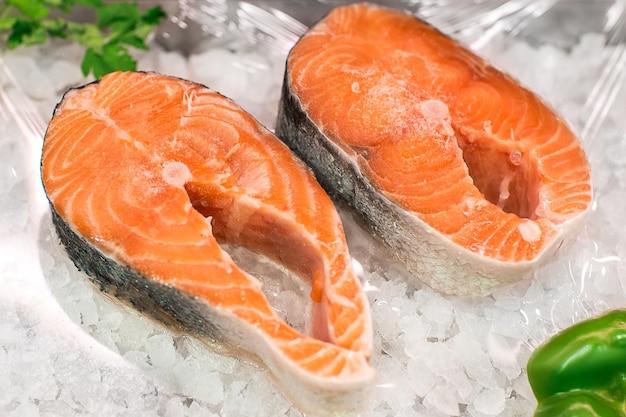 魚市場でのサーモンレッドフィッシュステーキサーモンフィッシュの生の新鮮なステーキと氷
