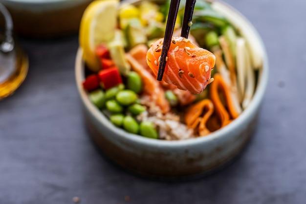 Salmone su poke bowl di riso fotografia