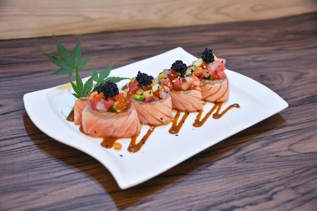 Специальный лосось (икра, икра, лосось, магуро, отто, лосось, авокадо)