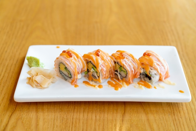 ソースをのせたサーモンロール寿司-日本食スタイル