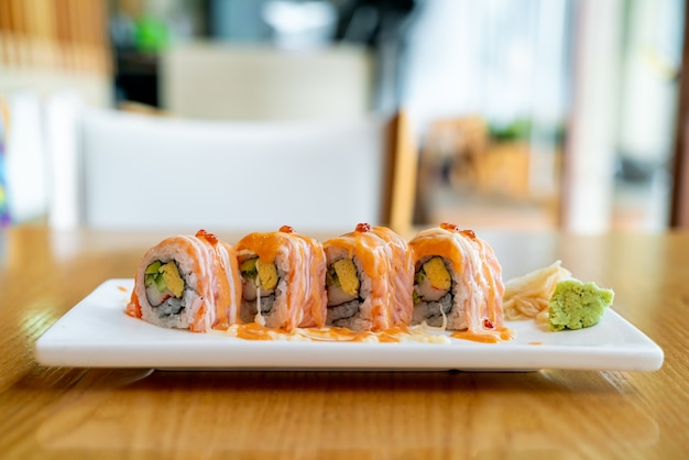 ソースをのせたサーモンロール寿司
