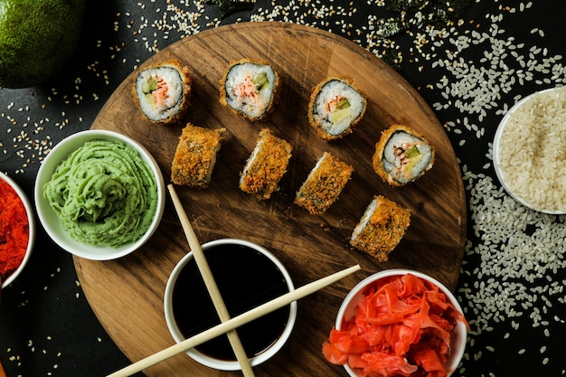 Рулет из лосося с рисом, соевым соусом, кунжутом, имбирем и васаби
