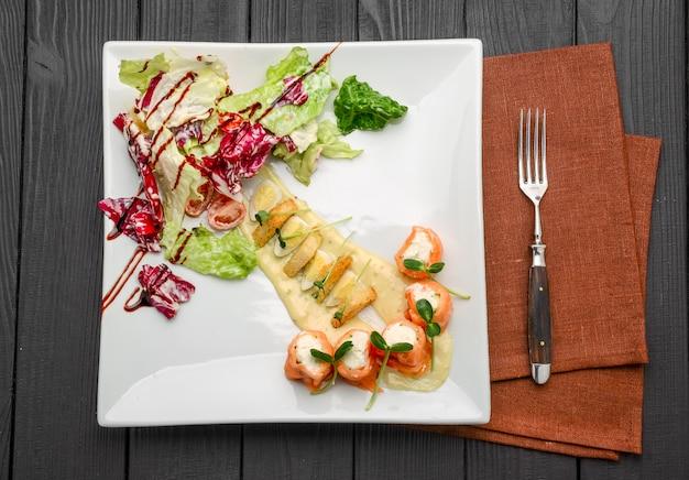 Салат из лосося со сливочным сыром