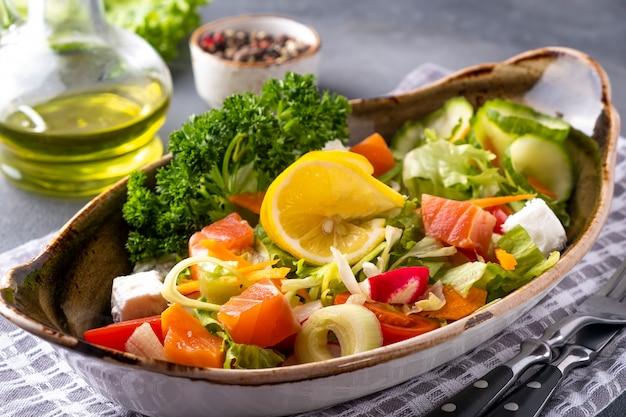 新鮮な野菜とチーズのサーモンサラダ。ダイエットと健康食品