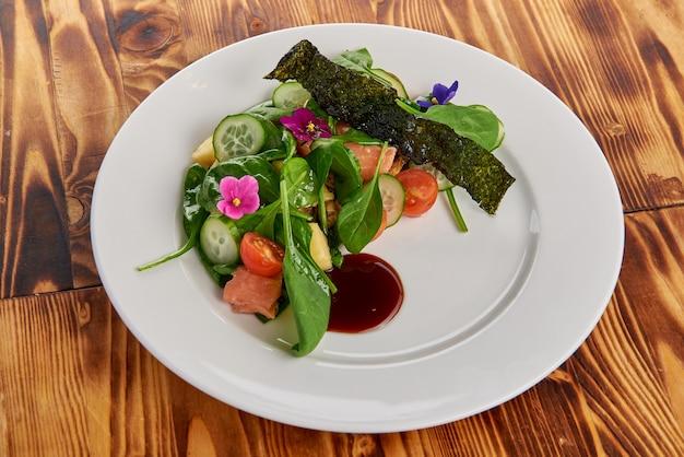 Салат из лосося со шпинатом, помидорами черри, кукурузным салатом, молодым шпинатом, свежей мятой и базиликом
