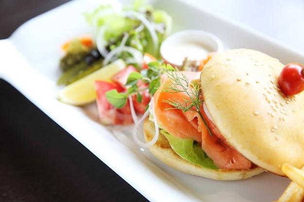 Бутерброд с лососем Premium Фотографии