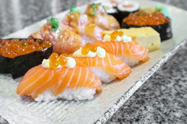 연어 사시미 스시 롤 세트 접시 일본 음식