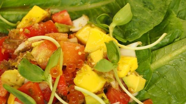 イクラとマンゴーサラダを添えたサーモン刺身。