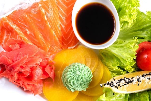Сашими из лосося с пататом, лимоном и зеленью