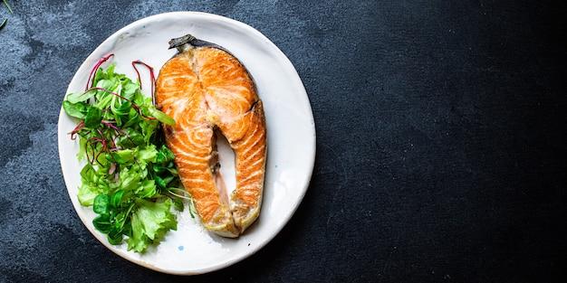 Лосось, морепродукты, жареный на гриле рыба в тарелке