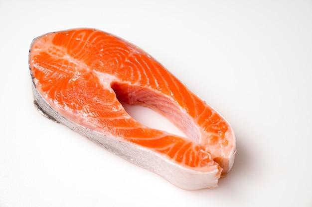Лосось, нарезанный кусочками на белом фоне. красная рыба. форель свежая для приготовления.