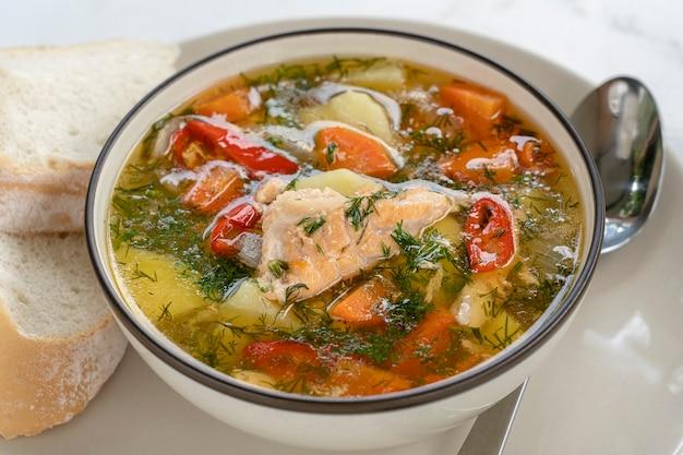 Суп из лосося с картофелем, морковью, укропом, перцем в миске