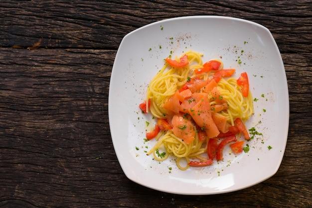 Спагетти с лососем и свежим помидором