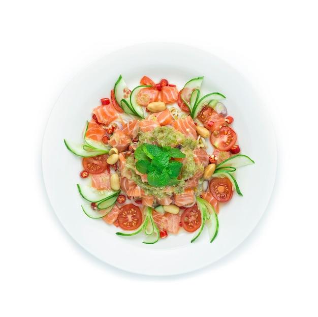 Острый салат с лососем (котлета из лосося в форме куба)