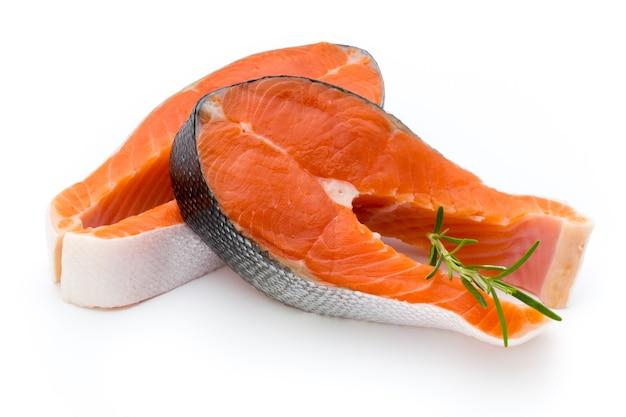 Стейк из лосося крупным планом, изолированные на белом фоне