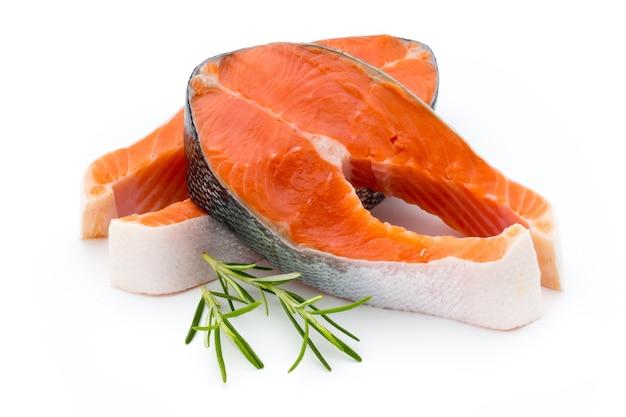 Стейк из лосося крупным планом, изолированные на белой поверхности