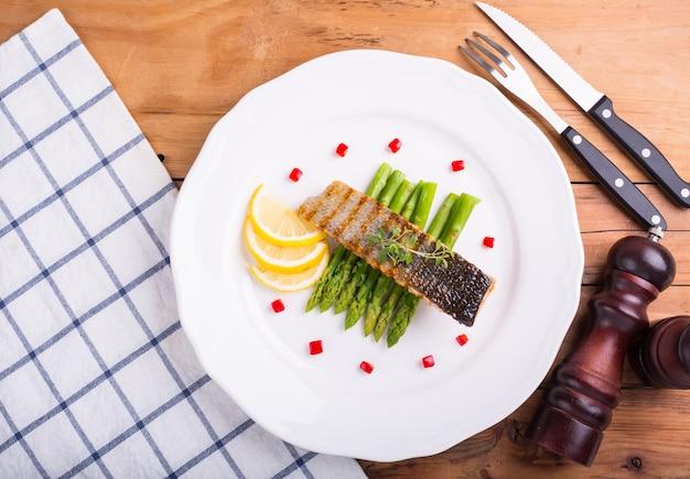 Стейк из лосося готовится к подаче заказчику.