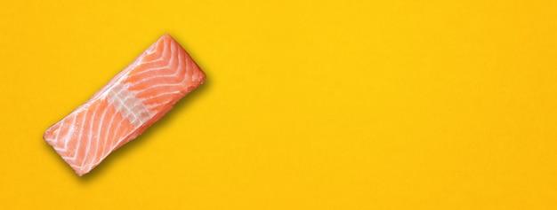Стейк из лосося, изолированные на желтом фоне. вид сверху. горизонтальный баннер