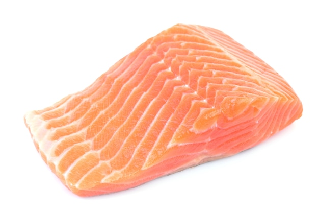 Стейк из лосося на белом фоне