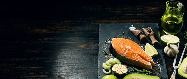 サーモンステーキは揚げる準備ができています。愛する人のために夕食を作る