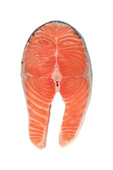 Стейк из лосося, нарезанный из свежей сырой рыбы, изолированные на белом фоне Premium Фотографии