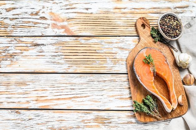 Стейк из лосося с розмарином и розовым перцем