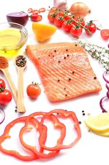 Стейк из лосося со специями и овощами на белом фоне