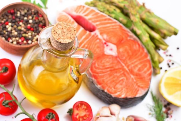 Стейк из лосося со специями и овощами