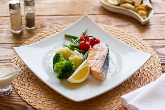 야채와 레몬 연어 스테이크