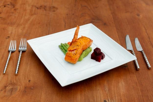 Стейк из лосося с овощами.