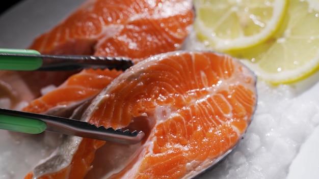 Стейки из лосося и филе лосося свежие стейки и филе лосося выкладываются на лед