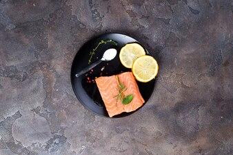 レモンと氷の上にサーモンステーキと黒板に塩。リーンタンパク質。