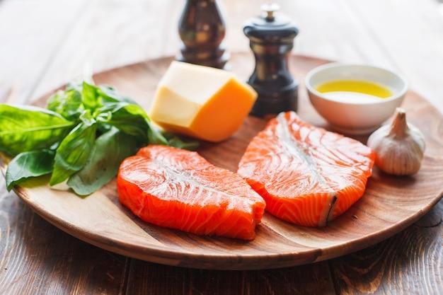 チーズと新鮮な食材を使ったサーモンステーキ