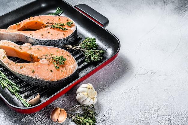 Стейки из лосося с розмарином и розовым перцем
