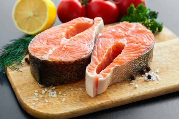Стейки лосося с солью и перцем