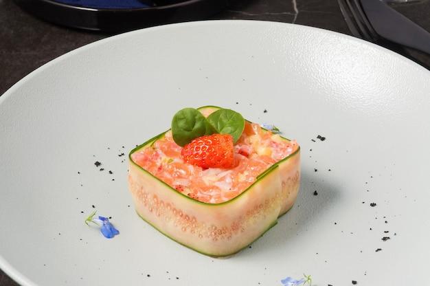 Тартар из лосося, клубники и ананаса
