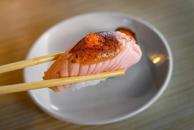 Суши-гриль с лососем и сладким мисо в палочке для еды