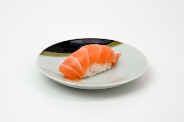 Лосось суши нигири японская кухня на тарелке