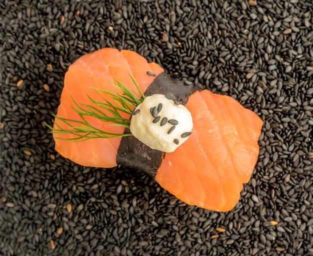 Суши с лососем на черном кунжуте